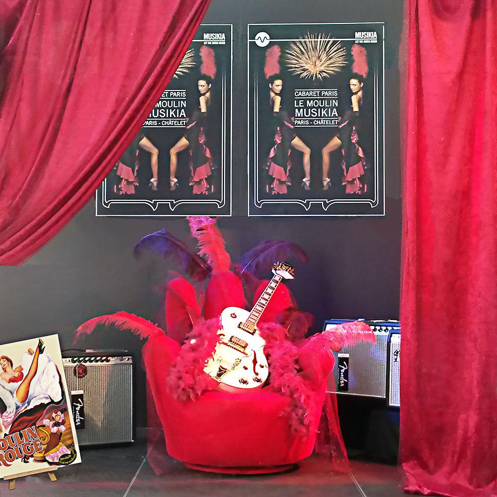 scénographie de vitrine pour magasin d'instruments de musique-ambiance cabaret