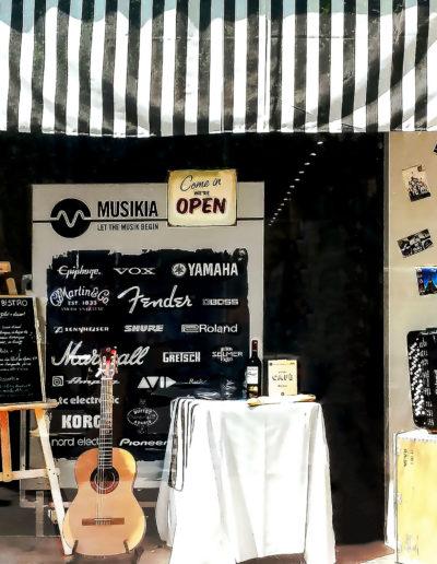 scénographie de vitrine pour magasin d'instruments de musique-ambiance bistrot parisien