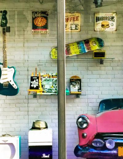 scénographie de vitrine pour magasin d'instruments de musique-ambiance fiftees-musique-surf-cadillac-rose