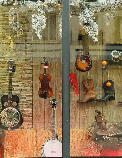 scénographie de vitrine pour magasin d'instruments de musique-ambiance Noël country