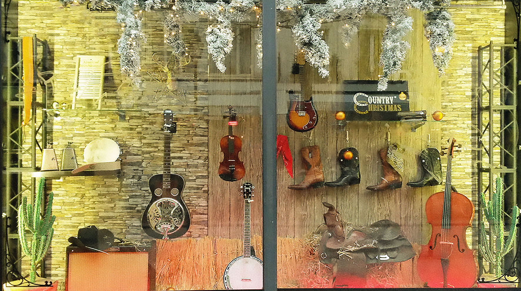 scenographie-vitrine-merchandising-noel-country-cow-boy-magasin-instruments-musique-©roubina-tacorie