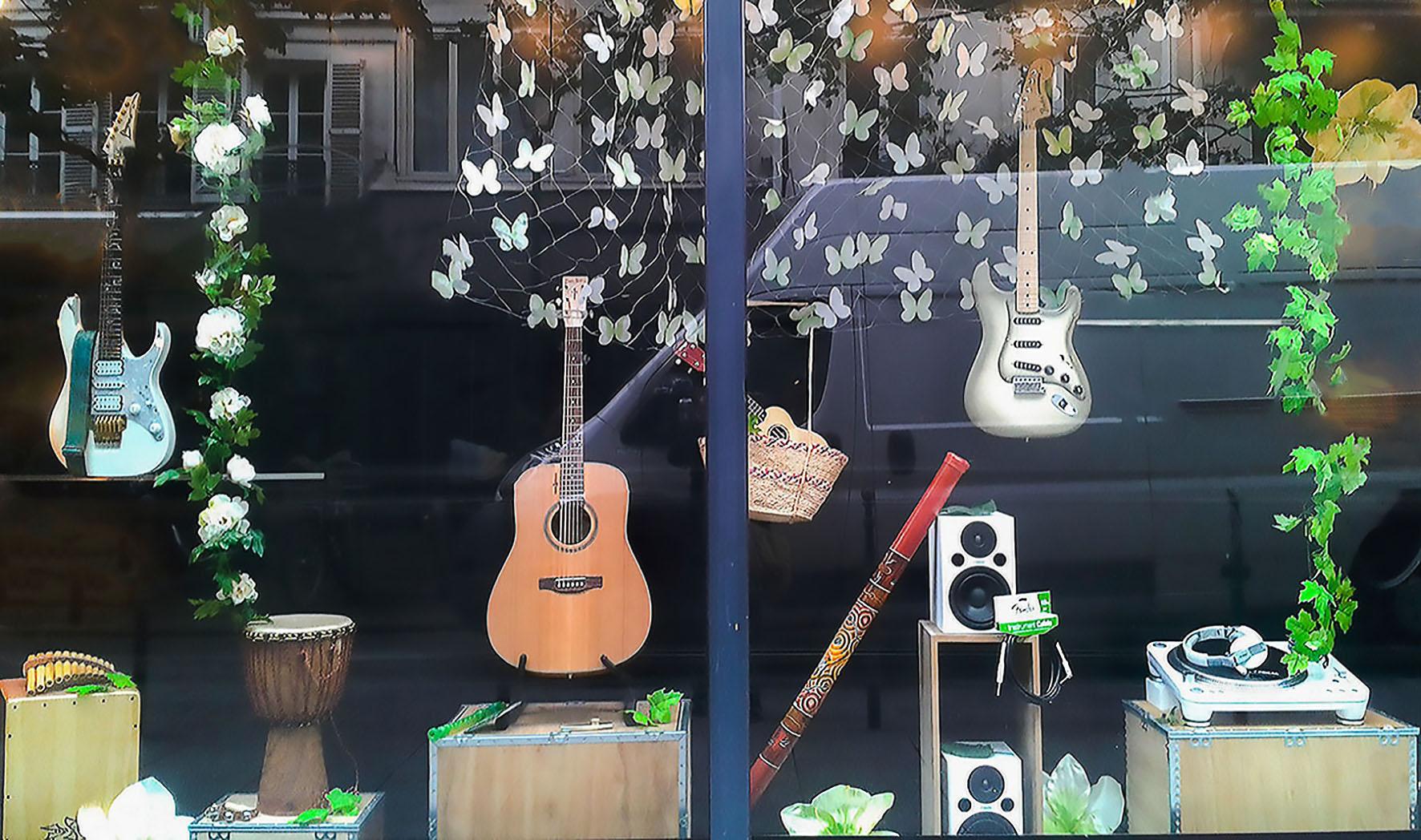 scénographie de vitrine pour magasin d'instruments de musique-ambiance printemps