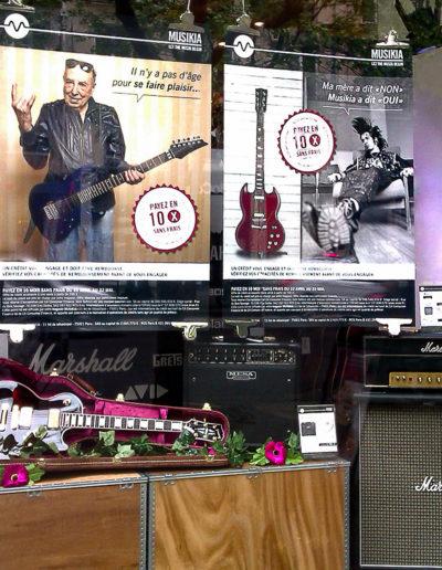 scénographie de vitrine pour magasin d'instruments de musique-ambiance rock et roses