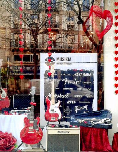 scénographie de vitrine pour magasin d'instruments de musique-ambiance saint Valentin