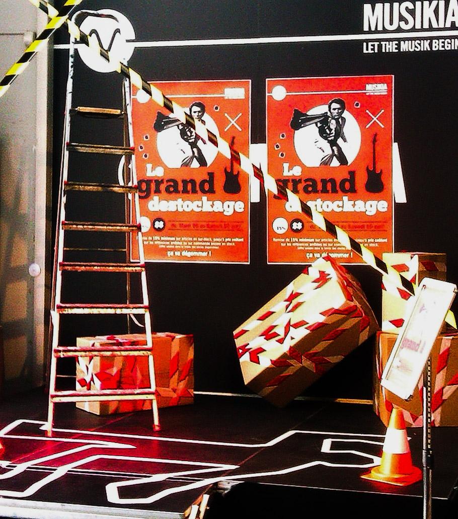 scénographie de vitrine pour magasin d'instruments de musique-décor spécial destockage-ambiance scène de crime sur la scène
