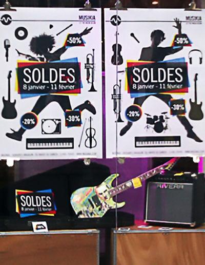 scénographie de vitrine pour magasin d'instruments de musique-décor spécial soldes
