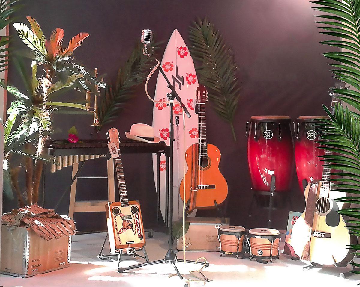 scénographie de vitrine pour magasin d'instruments de musique-ambiance tropicale-concert sur la plage