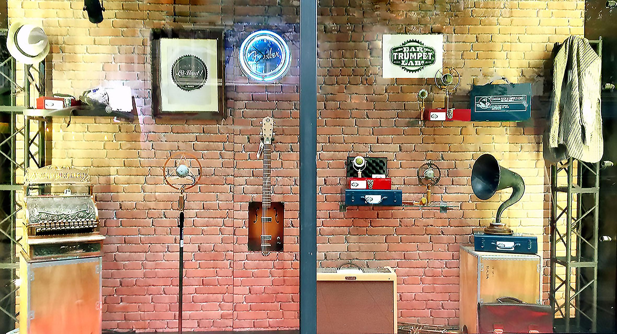 scénographie de vitrine pour magasin d'instruments de musique-ambiance vintage